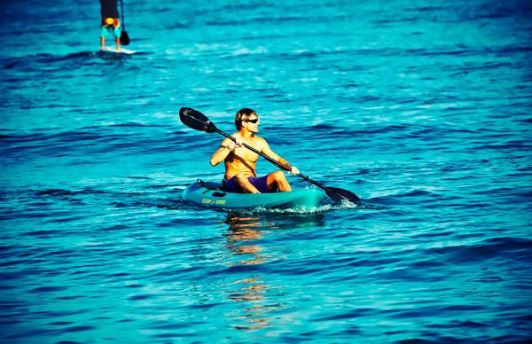 -en-a-kayaker-at-play-in-sayulita-bay-es-jugando-sobre-el-kayak-en-la-baha-de-sayulita-