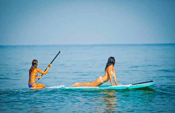 -en-paddleboarding-beauties-es-bellezas-en-tabla-con-remo-