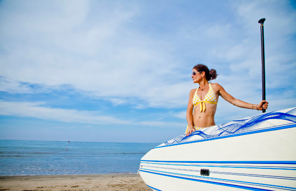 -en-a-girl-and-her-paddleboard-es-una-chica-y-su-tabla-con-remo-