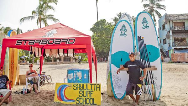 -en-rent-a-stand-up-paddleboard-on-sayulitas-town-beach-es-rente-una-tabla-con-remo-en-la-playa-del-centro-