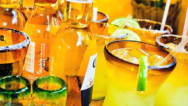 -en-cold-beer-and-cocktail-perfection-es-cerveza-fria-y-perfeccin-coctelera-