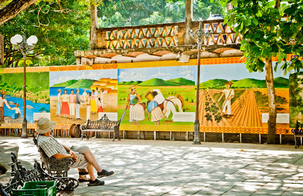 -en-colorful-murals-decorate-the-plaza-in-san-pancho-es-coloridos-murales-decoran-la-plaza-de-san-pancho-