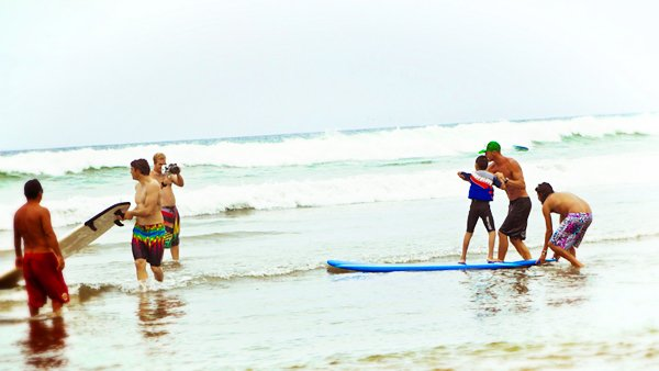 -en-surfers-helping-special-needs-kids-to-ride-waves-es-surfos-ayudando-a-nios-especiales-