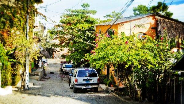 -en-downtown-streets-slope-up-the-bottom-of-gringo-hill-es-calles-del-centro-bajando-la-colina-del-gringo-