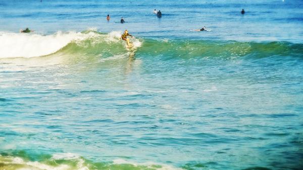 -en-a-surfer-kid-shredding-a-nice-little-left-es-nio-surfo-arrasando-las-olas-