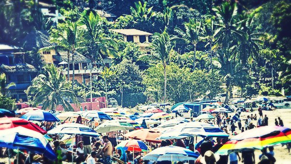 -en-beach-completely-mobbed-for-a-surfing-contest-es-playa-abarrotada-por-el-concurso-