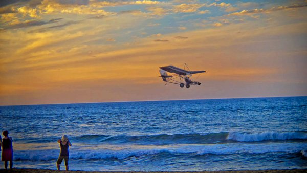 -en-a-sunset-flight-over-sayulita-beach-es-vuelo-al-atardecer-sobre-la-playa-