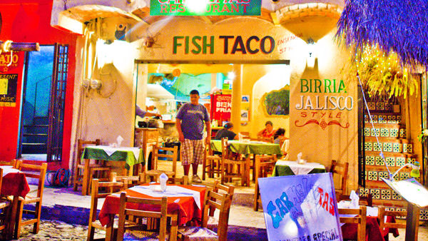 -en-fish-taco-restaurants-spill-out-onto-the-sidewalk-and-street-es-deliciosos-tacos-de-pescado-en-la-calle-