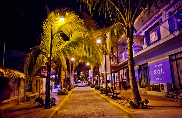 -en-the-streets-take-on-a-colorful-glow-at-night-es-las-calles-se-llenan-de-un-brillo-colorido-en-la-noche-