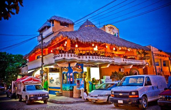 -en-restaurant-above-market-below-aglow-in-the-evening-es-restaurante-arriba-mercado-abajo-radiante-de-noche-