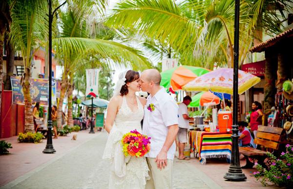 -en-sayulita-streets-inspire-newly-wed-kisses-es-las-calles-inspiran-los-besos-de-los-recin-casados-