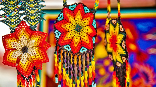 -en-huichol-beadwork-features-brilliant-colors-es-colorido-trabajo-huichol-en-chakiras-