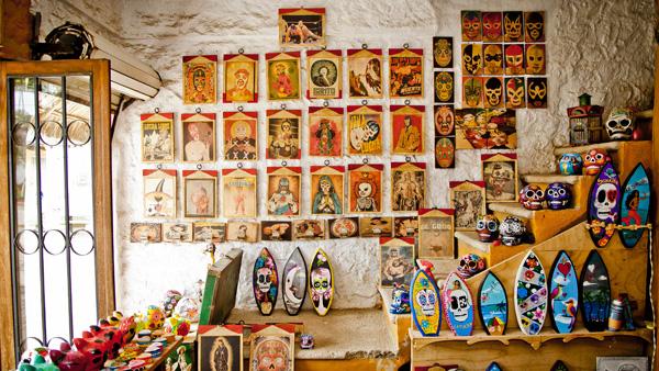 -en-an-array-of-day-of-the-dead-images-and-objects-es-coleccin-de-imgenes-y-objetos-de-da-de-muertos-