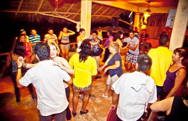 -en-sayulita-dance-parties-go-on-into-the-nigh-es-las-fiestas-de-sayulita-hasta-adentrada-la-noche-