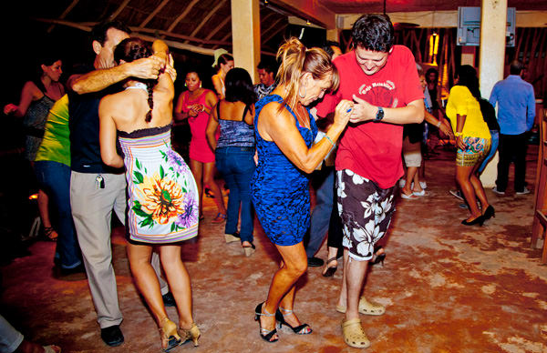 -en-dancing-up-a-storm-at-a-beachfront-bar-es-bailando-una-tormenta-en-un-bar-playero-