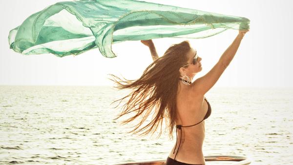-en-freedom-on-a-sunstruck-beach-es-libertad-en-una-playa-llena-de-sol-