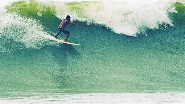-en-a-big-left-on-sayulitas-north-beach-es-izquierda-grande-en-la-playa-norte-