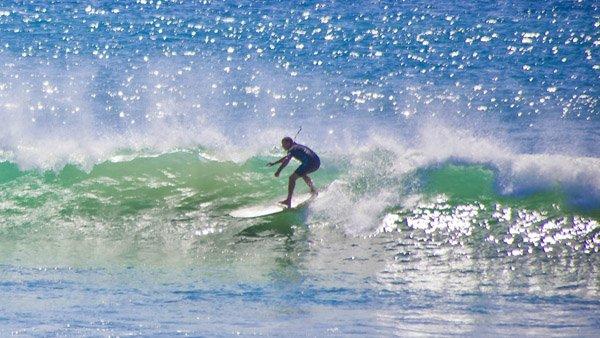 -en-going-right-with-an-offshore-breeze-es-tomando-una-derecha-con-una-brisa-fuera-de-costa-