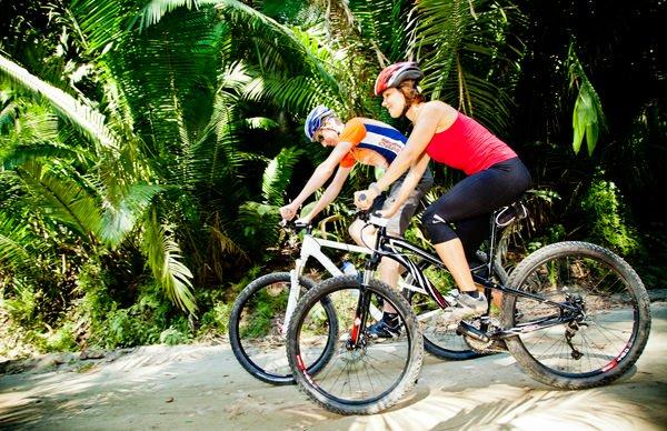 -en-biking-in-the-jungle-is-a-real-adventure-es-pasear-en-bicicleta-es-una-verdadera-aventura-