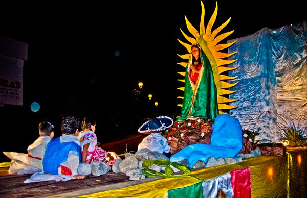 -en-a-statue-of-the-virgin-with-her-followers-on-parade-es-estatua-de-la-virgen-desfilando-con-sus-peregrinos-