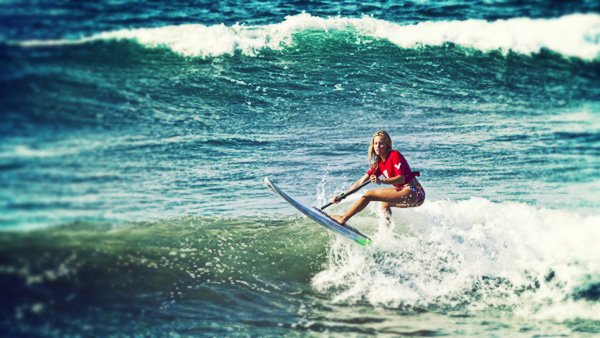 -en-a-woman-sup-surfing-competitor-shreds-a-small-wave-es-una-competidora-sobre-un-sup-